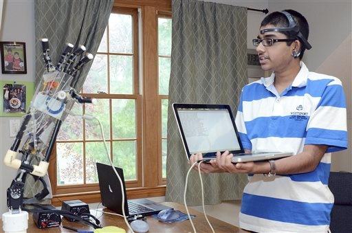 Шива Натан управляет рукой с помощью мысли